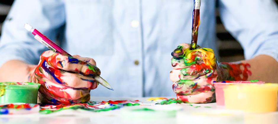 målarfärg över händerna