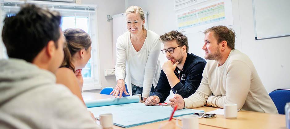 Kvinnlig arbetsledare som instruerar kollega