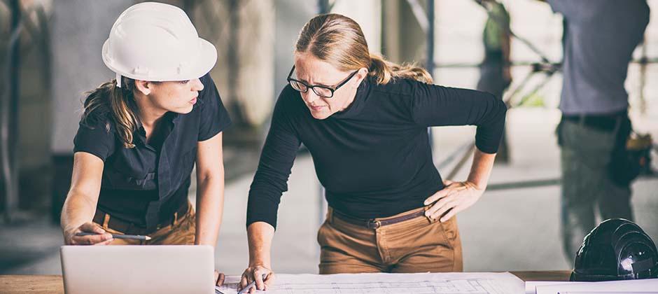 Kvinnliga ingenjörer som tittar på en ritning
