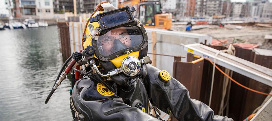 Två dykare som jobbar under vatten