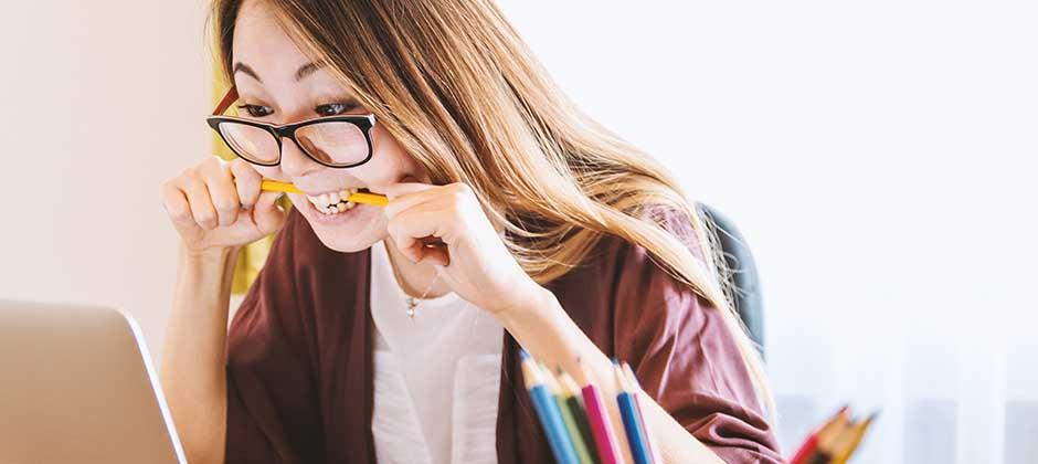Ung tjej sitter framför en dator