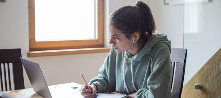 Student deltar i fjärrundervisning hemifrån