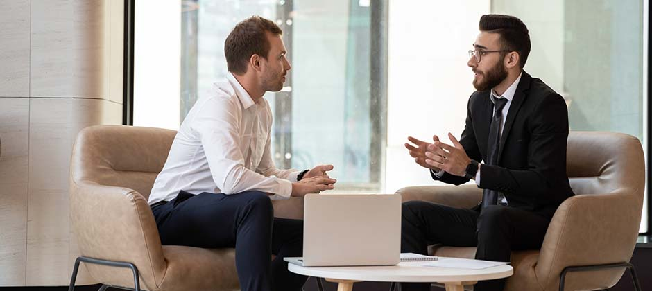 Två män som har ett möte