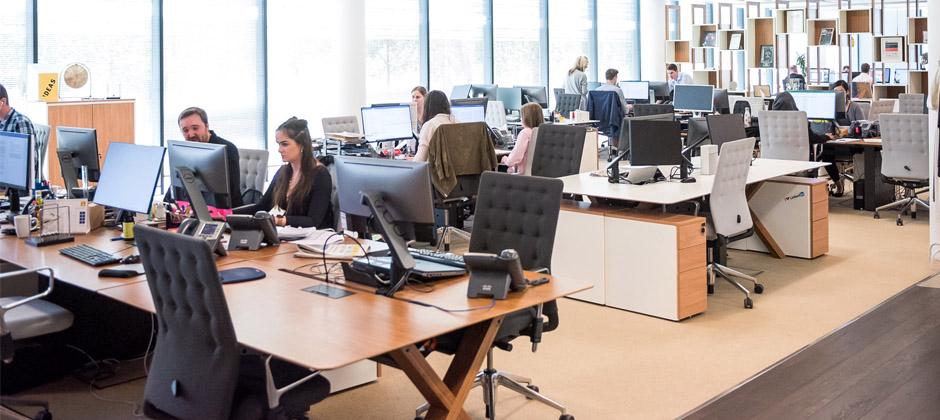 Personer som jobbar i en kontorsmiljö