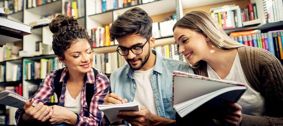 studenter på bibliotek