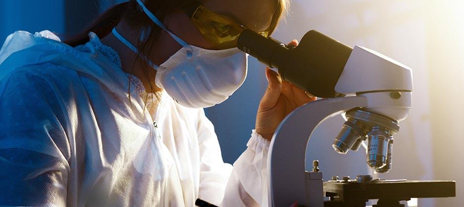 Läkarstudent vid mikroskop
