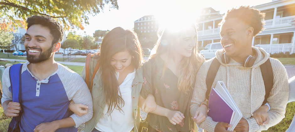 Studenter som håller armkrok
