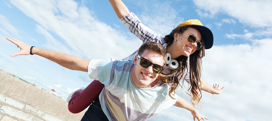 Två glada ungdomar