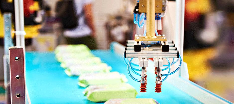 En industriell robotarm i ett led skapat av en produktionstekniker