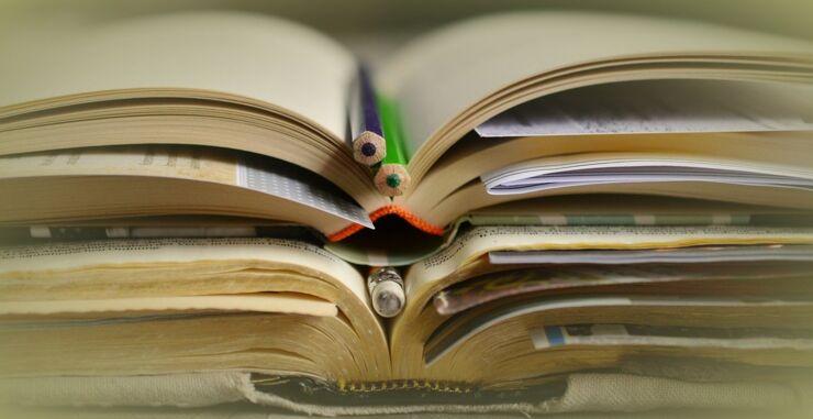 böcker och pennor.