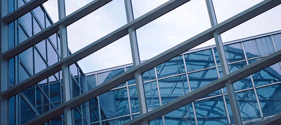 Byggnader med stora fönster