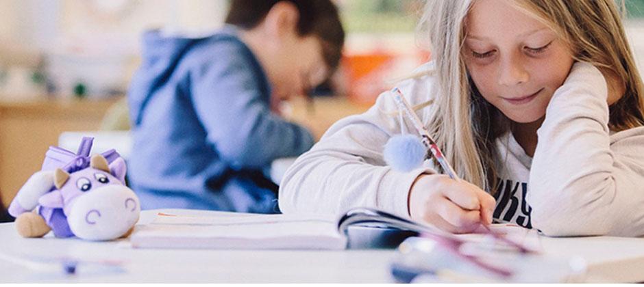 ett barn sitter i skolbänken