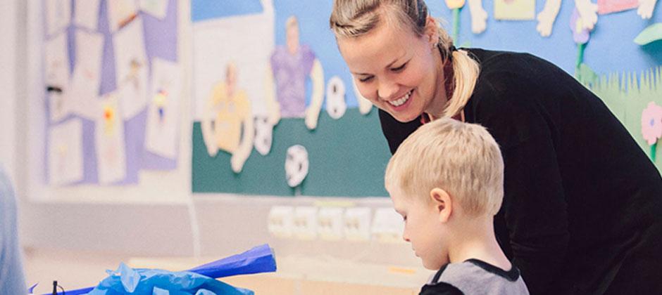 En lärare och ett barn i lärmiljö