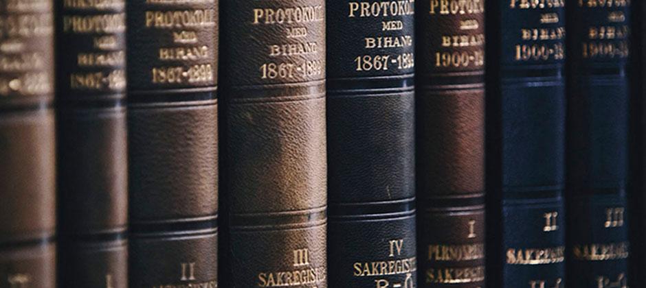 Böcker på rad i en bokhylla
