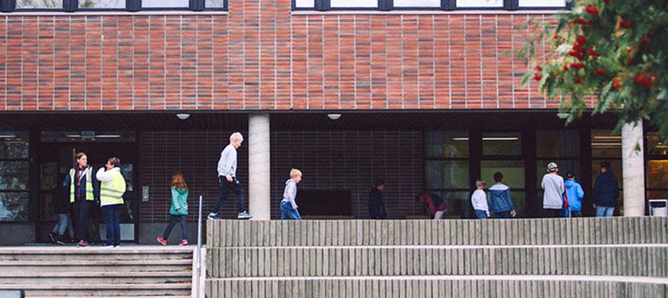 barn leker på en skolgård