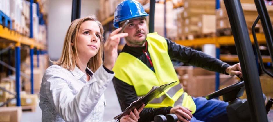 två personer arbetar på lager