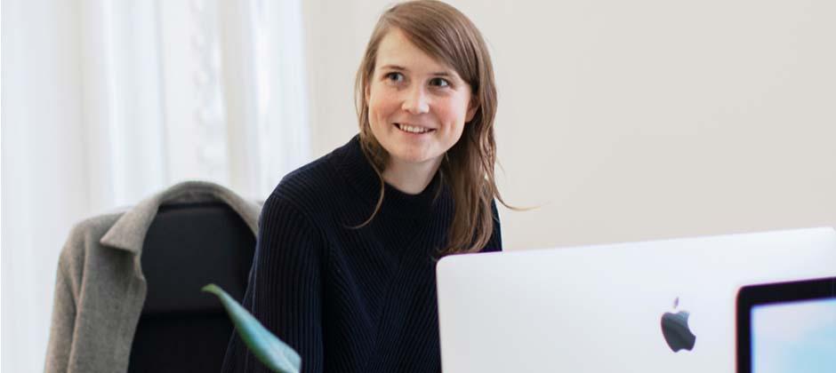 kvinna jobbar framför dator