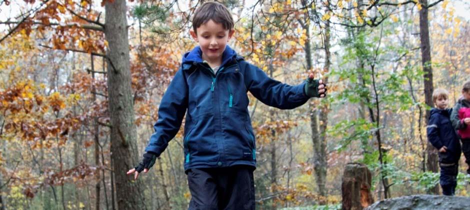 ett barn leker utomhus
