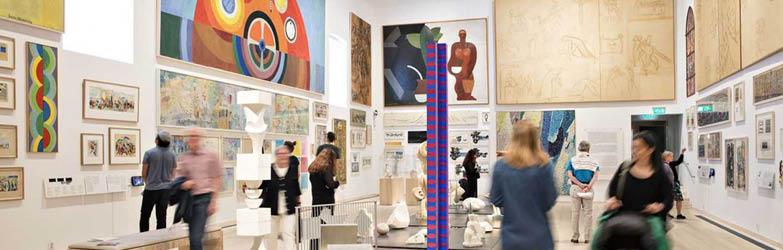 Bild på människor på ett konstmuseum.