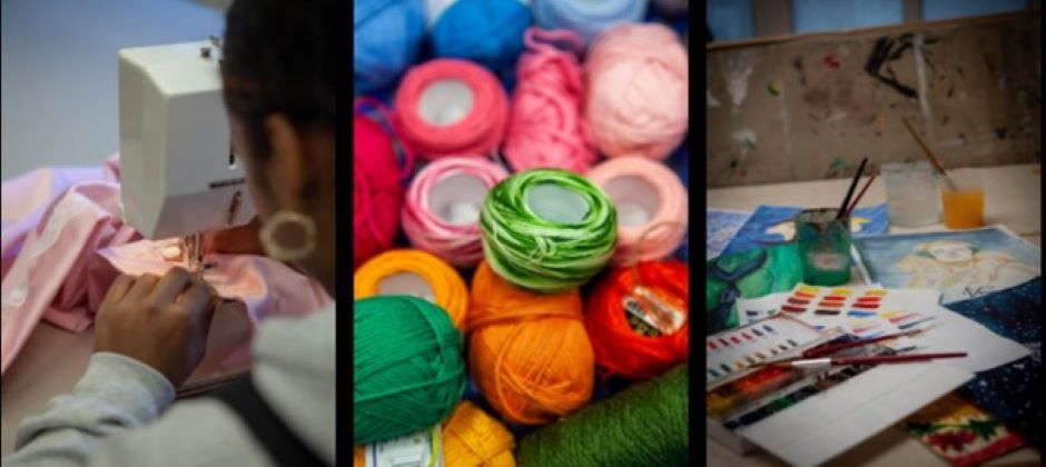 En person som designar textil med en symaskinen.