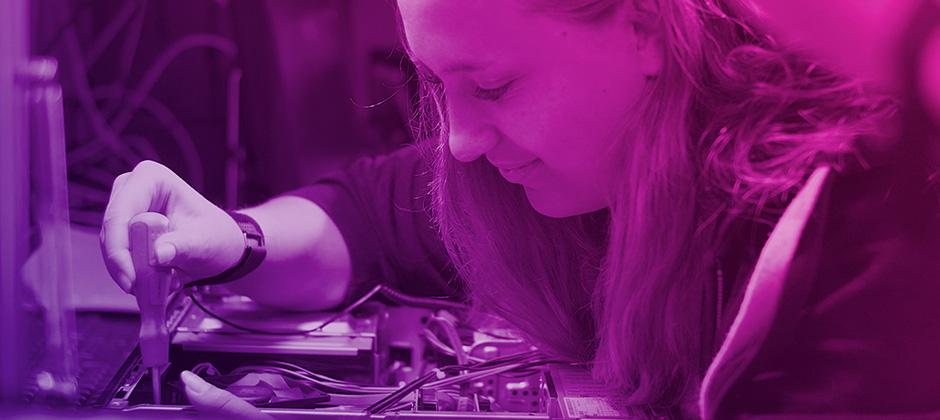 Bild på tjej som läser Gymnasieingenjör
