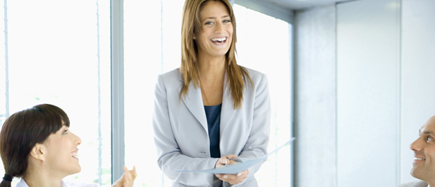 Nainen esiintyy ja pari muuta ihmistä katsoo häntä kuunnellen ja hymyillen