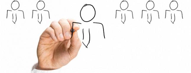 Käsi joka piirtää tussilla henkilön ääriviivoja, jolla puku kravaatteineen
