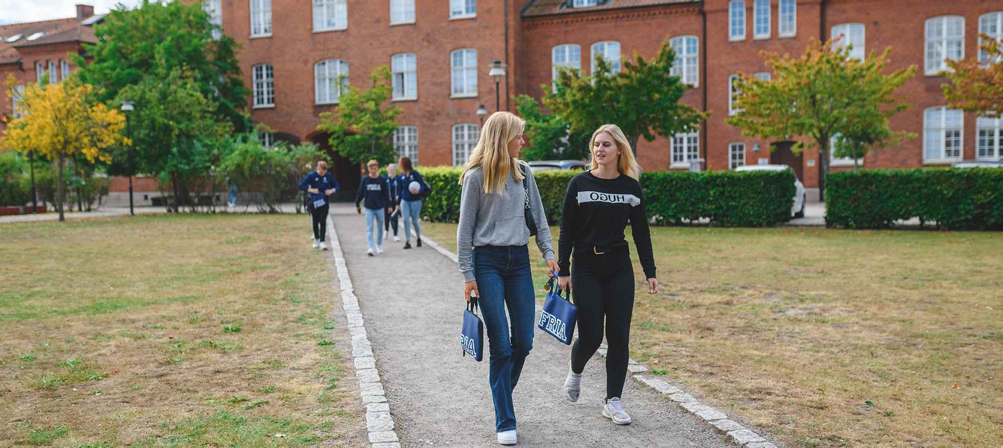 Två tjejer som går