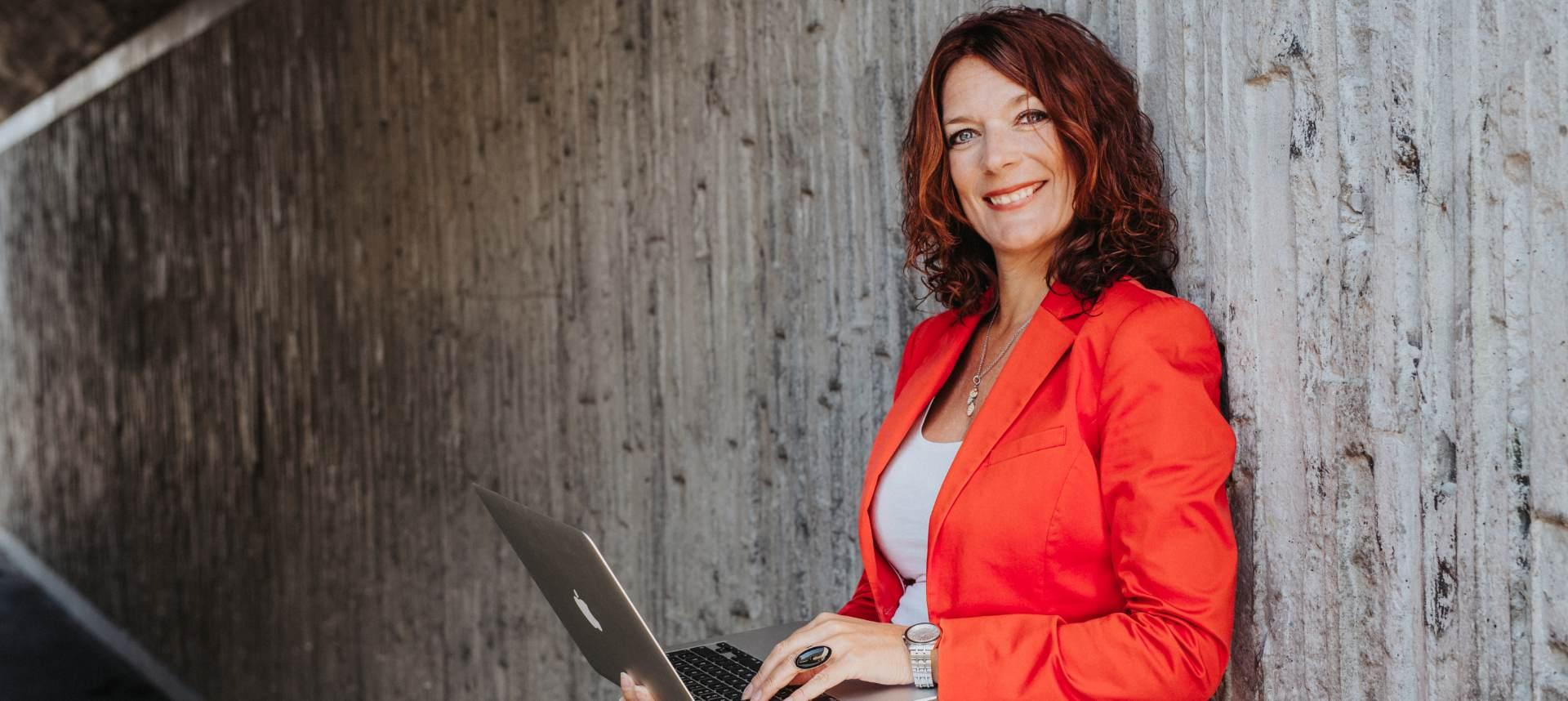 kvinna som håller i en dator