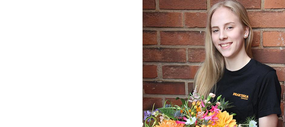 Blond tjej med blommor