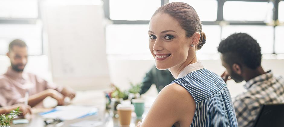 kvinna i kontorsmiljö som arbetar inom kundservice
