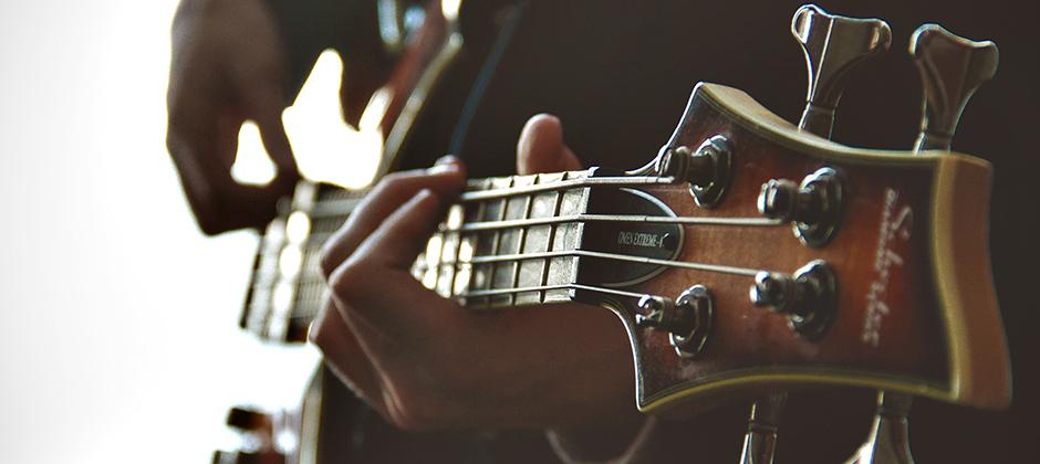 person som spelar gitarr