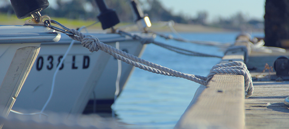 Båt förankrad vid en brygga